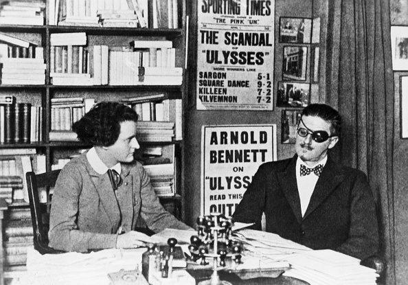Sylvia Beach insieme a James Joyce: fu lei a pubblicare, nel 1922, l'Ulisse.
