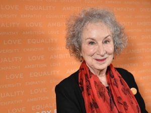 La scrittrice Margaret Atwood compie 80 anni.