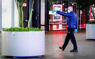 Paesi Bassi, tre adolescenti accoltellati in un centro commerciale a L'Aja: caccia all'aggressore