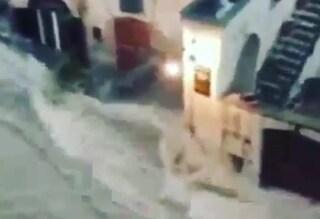 Maltempo: nubifragio e strade allagate a Matera, acqua alta a Venezia