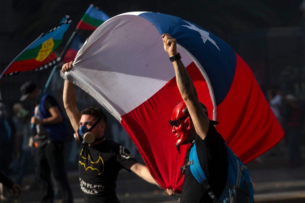 Manifestanti a Santiago con la bandiera del Cile (Gettyimages)