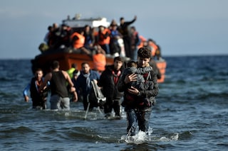 Lampedusa, nuovo sbarco di migranti: in migliaia in fuga dai bombardamenti in Libia