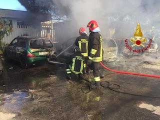 Incendio a Milazzo, fumo nero dalla stazione: cinque auto distrutte, indagini in corso
