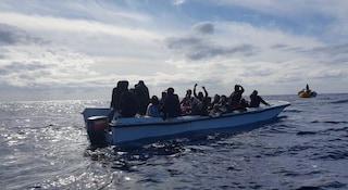 Migranti, la Ocean Viking salva 30 persone: ora a bordo ci sono 125 naufraghi in attesa di un porto