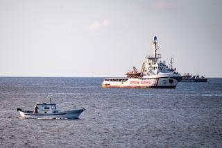 Migranti, la Open Arms a Taranto: sbarcano i 62 naufraghi, tra cui 26 minori