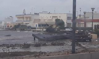Porto Cesareo, tromba d'aria distrugge pontile e trascina il mare in strada: città in ginocchio