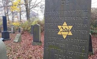 Decine di lapidi profanate in un antico cimitero ebraico in Danimarca