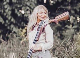 Rachel Carrie, la cacciatrice che cucina solo animali uccisi da lei, minacciata sui social