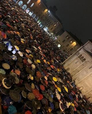 Modena, le 'sardine contro Salvini' tornano in piazza: in 7mila a contestare il leader della Lega