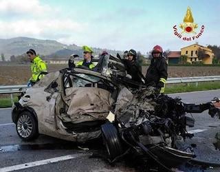 Tragico schianto fra auto e camion a Vicenza: vettura distrutta, muore automobilista 52enne
