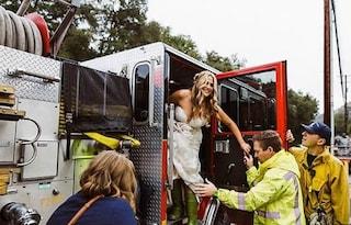 Sposa e damigelle rimangono bloccate nel traffico, pompieri le portano in chiesa col camion