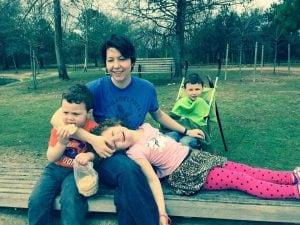 La mamma con i suoi figli in una foto di qualche anno fa