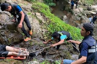 Scivola e precipita in una cascata mentre tenta di farsi un selfie: morto turista di 33 anni