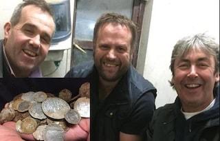 Cercano la fede nuziale persa in campagna, scoprono tesoro da 100mila euro in monete