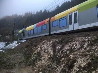 Maltempo in Val Pusteria, deraglia treno a causa di una frana sui binari: circolazione in tilt