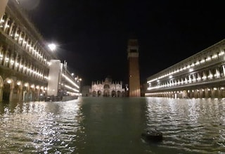 Maltempo Venezia, due morti e San Marco allagata: oggi nuova record per acqua alta