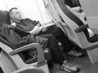 Venezia, esausto in treno dopo aver aiutato (gratis) i cittadini in difficoltà: la foto è virale