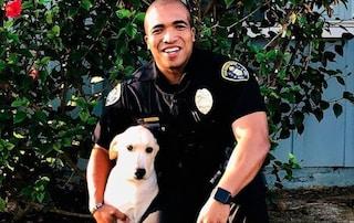 """Trova un cane in un'auto rubata e lo adotta: """"Adesso l'agente e Victor sono migliori amici"""""""