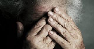 Taranto, picchia la madre in sedia a rotelle per mesi: anche mentre la donna prega