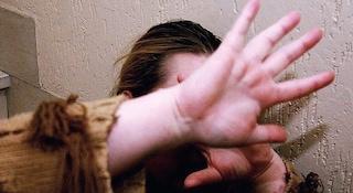 Ravenna, ubriaco sfonda la porta di casa e picchia moglie e figlio piccolo: in manette 36enne
