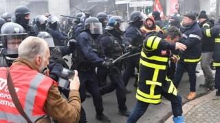 Parigi, città nel caos per i black bloc: cassonetti in fiamme, pioggia di lacrimogeni