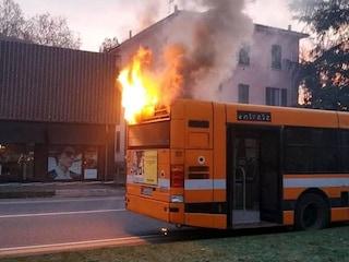 Panico a Fidenza, l'autobus pieno di studenti prende fuoco: autista ferma mezzo e li fa scendere