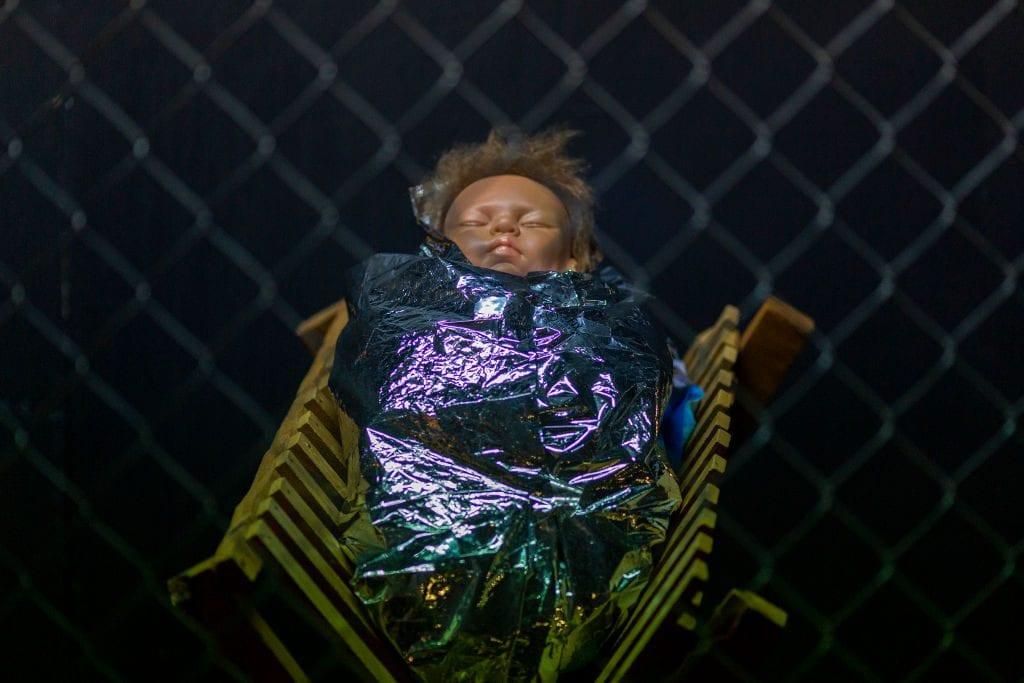 Il Gesù bambino del presepe allestito dalla chiesa metodista di Claremont (Gettyimages)