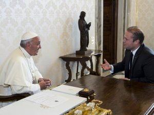 Una foto dell'incontro nel 2013 tra il Papa e il premier maltese