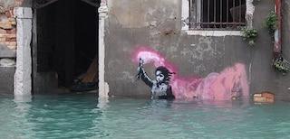"""Banksy """"torna"""" a Venezia: la foto del murale sott'acqua fa il giro del mondo"""