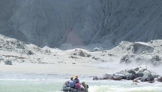 """Eruzione vulcano Whakaari, turisti sepolti sotto la cenere: 5 morti e 8 dispersi. """"Nessuna speranza"""""""