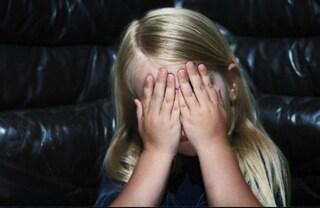 Nei gruppi whatsapp emoticon di stupri su bambini: arresti e perquisizioni per pedofilia