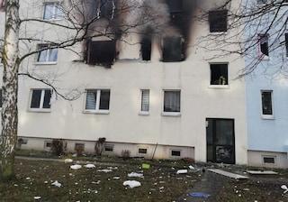 Paura in Germania, esplosione in condominio: un morto e decine di persone colpite, evacuate scuole