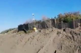 """Gli auguri di buon 2020 di Beppe Grillo: """"Basta aver paura"""", e scava una fossa in spiaggia"""