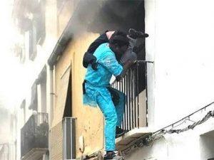 Gorgui Lamine Sow mentre porta in salvoÁlex, il disabile di 39 anni intrappolato tra le fiamme del suo appartamento (Roberta Etter)