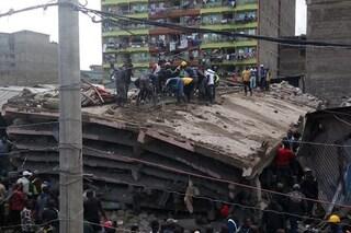 Tragedia in Kenya, edificio di sei piani collassa su stesso: decine di persone intrappolate