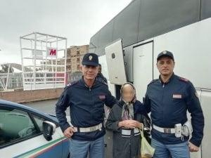 """La nonnina con i due agenti (Foto """"Agente Lisa"""")"""