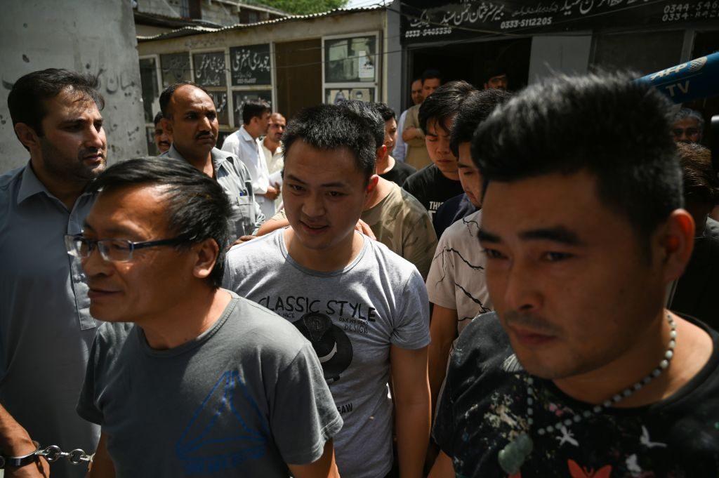 L'ingresso in tribunale a Lahore di alcuni cittadini cinesi arrestati con l'accusa di traffico di giovani pakistane per indurle alla prostituzione in Cina (Gettyimages)