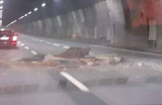 """Crollo in galleria A26, tratto ancora chiuso. Autostrade: """"Si sono staccati onduline e intonaco"""""""