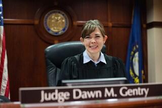 Giudice fa sesso a tre con gli avvocati: in cambio trattamenti speciali nei casi in tribunale
