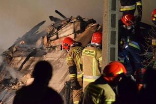 Esplosione dopo una fuga di gas, casa distrutta in Polonia: 8 morti, 4 sono bambini