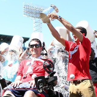 Morto Pete Frates, l'inventore dell'Ice Bucket Challenge: aveva 34 anni ed era malato di Sla