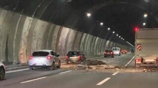Genova, crolla soffitto della galleria dell'A26: autostrada chiusa