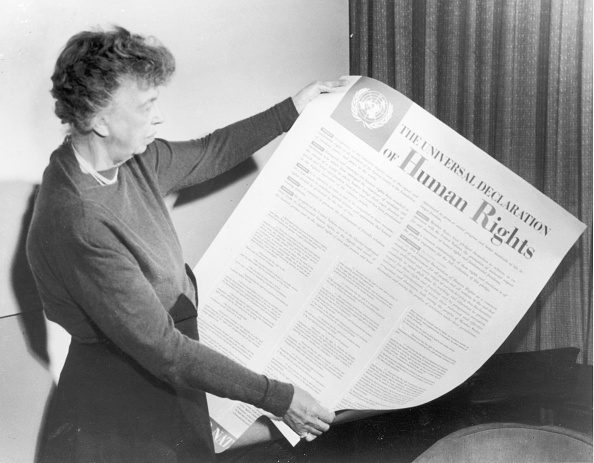 Eleanor Roosvelt con una copia della Dichiarazione dei diritti umani, nel 1947.