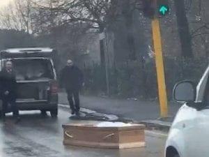 Firenze, si apre il portellone del furgone e la bara finisce in mezzo alla strada