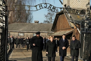 "Angela Merkel visita Auschwitz: ""Non dobbiamo dimenticare mai. Nessuna tolleranza su antisemitismo"""