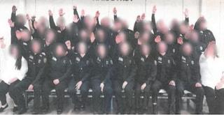 Fecero il saluto nazista in una foto di gruppo: licenziati trenta agenti di polizia penitenziaria