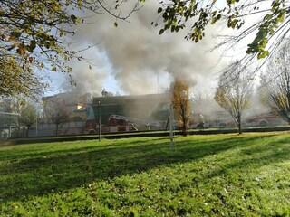 """Parma, maxi incendio nella palestra della scuola. Classi evacuate: """"Chiudete le finestre"""""""
