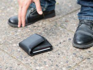 Perde portafogli con 20mila euro per i regali di Natale: trovato e restituito da due 14enni