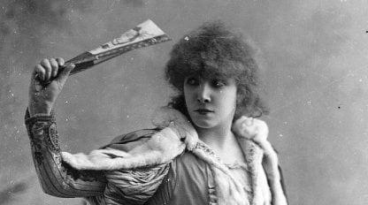 Sara Bernhardt nei panni della Tosca, nella versione teatrale del dramma scritto da Victorien Sardou e rappresentato per la prima volta nel 1887.