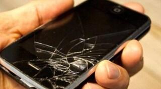 La truffa del telefono rotto, con la bici si schianta contro auto e chiede risarcimento